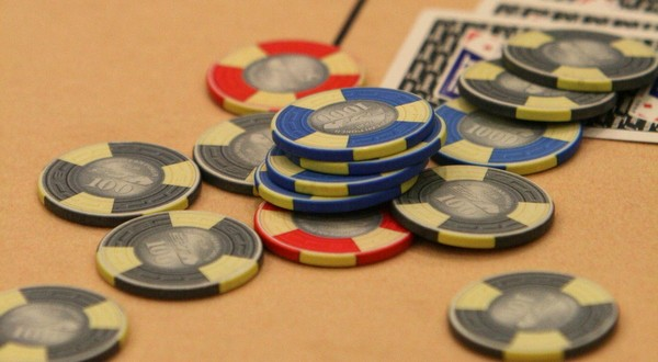 Surrelancer au poker : pourquoi ? quand ? comment ?